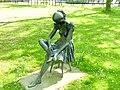 Bad Sassendorf – Bronze-Skulpturen - meditierendes Mädchen - panoramio - Edgar El.jpg