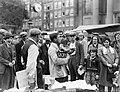 Bananenkoopman op de markt op het Waterlooplein, Bestanddeelnr 252-0613.jpg
