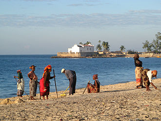 Island of Mozambique - Image: Beach cleaning