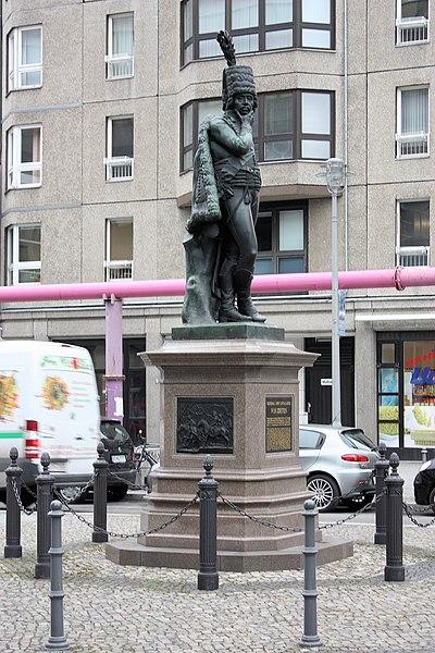 File:Equestrian statue of Frederick the Great, Unter den