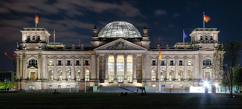 Berlin - Reichstag building at night - 2013.jpg