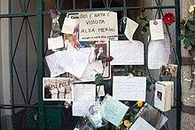 Biglietti di saluto e cordoglio appesi dagli ammiratori al cancello dell'abitazione di Alda Merini dopo la sua scomparsa.