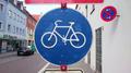 Bild 17 - Radweg; Zeichen 286-30 - Eingeschränktes Haltverbot (Mitte), Rechtsaufstellung; StVO 1956, StVO 1992.png