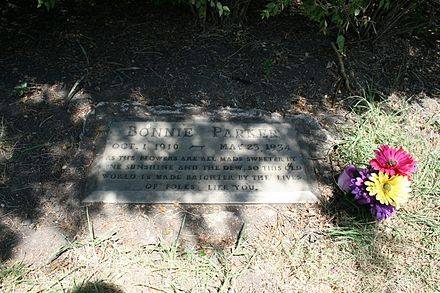 "Bonnie Parker's grave, inscribed: ""As the flowers are all made sweeter by the sunshine and the dew, so this old world is made brighter by the lives of folks like you."" 32deg52'03''N 96deg51'50''W / 32.867416degN 96.863915degW / 32.867416; -96.863915 (Burial site of Bonnie Elizabeth Parker) Bonnie parker grave.jpg"