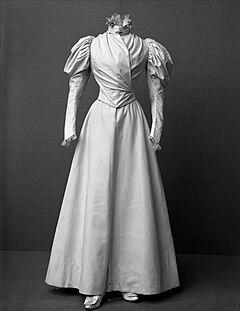 Bröllop. Brudklänningar som tillhört Augusta Torpadie, f. Linge - Nordiska Museet - NMA.0041012