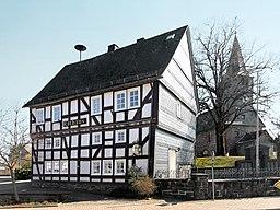 Bromskirchen Rathaus und Kirche (retuschiert)