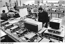 Bundesarchiv Bild 183-1986-0930-023, VEB Robotron Elektronik Dresden, Computer A 7100.jpg