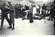 Bundesarchiv Bild 192-091, KZ Mauthausen, Einkleidung von Neuankömmlingen