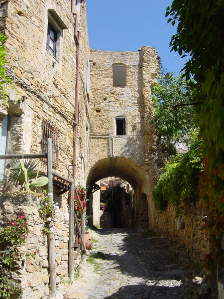 450px-Bussana_Vecchia_-_Small_road.png