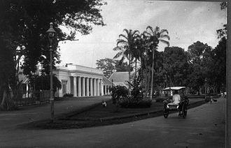 Volksraad (Dutch East Indies) - Image: COLLECTIE TROPENMUSEUM Het gebouw van de Volksraad te Batavia gelegen in het Hertogspark tussen het Koningsplein Oost en Waterlooplein T Mnr 60010973