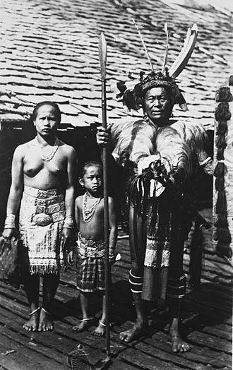 Iban people - Image: COLLECTIE TROPENMUSEUM Portret van Iban Dajaks waarvan de man in krijgskleding in de garnizoensplaats Long Nawan T Mnr 60034030