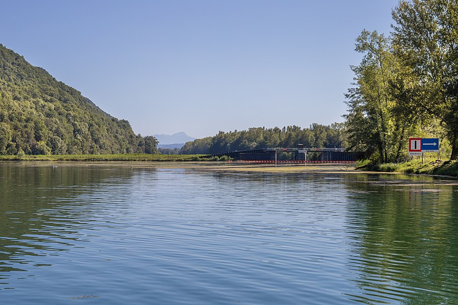 Canal de Savières, dam on the dead branch of the Rhône leading to the Savières lock.
