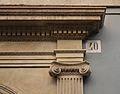 Capitell, entaulament i número, palau del marqués del Bosch d'Alacant.JPG