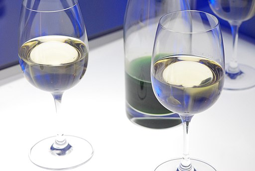 Carafe et verres de vin blanc