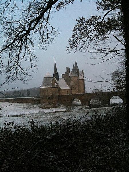 Le château de Bourgon semble sorti d'un livre des contes de Grimm! Il a vocation a être un lieu privilégié pour le tournage de films par la beauté de son environnement et le silence qui l'accompagne.