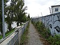 Chodník mezi úseky Bubenského nábřeží.jpg