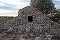 Chozo, denominación local para refugio de pastores, realizado en piedra seca en Valdelaguna.jpg