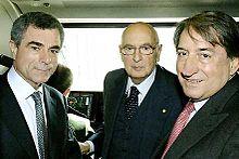Mauro Moretti (a sinistra) in compagnia di Giorgio Napolitano e Innocenzo Cipolletta, all'interno della cabina di un Eurostar.