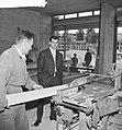Coen Moulijn in zijn winkel in aanbouw, Bestanddeelnr 912-5476.jpg