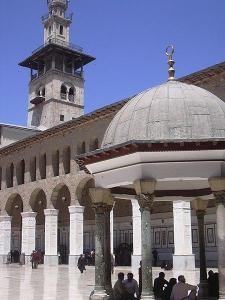 File:Damaskus, Omayadenmoschee, Ansichten vom Moscheehof mit weissem Marmor und Arkaden und dem Glockenhaus (37819319285).jpg
