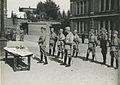 De drie detachementen van het 8e en 19e regiment infanterie ontvangen aan het ei – F40445 – KNBLO.jpg