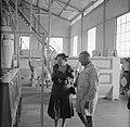 De koningin bezoekt de rijstfabriek in Wageningen (Suriname), Bestanddeelnr 252-4625.jpg