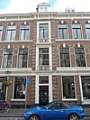 foto van Bouwblok op een rechthoekige plattegrond met winkels en bovenwoningen in eclectische neo-renaissance