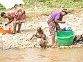 Des femmes et des enfants a la riviere.jpg