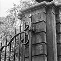 Detail ophang draaiconstructie van de hekvleugels - 's-Gravenhage - 20086866 - RCE.jpg