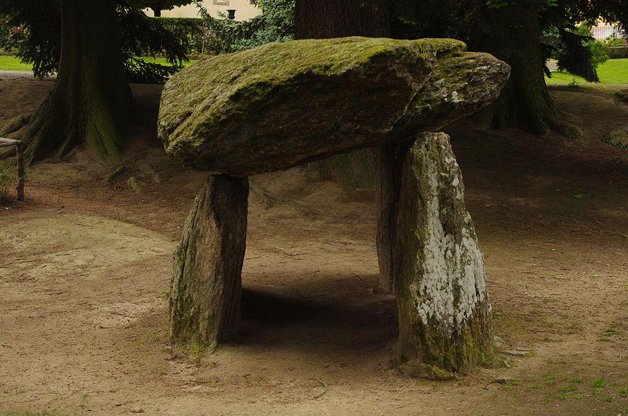 """Dolmen provenant du lieu-dit """"La Chadrolle"""" (commune de Saint-Agnant-de-Versillat ), installé en 1911 dans le parc de la Sénatorerie de Guéret"""