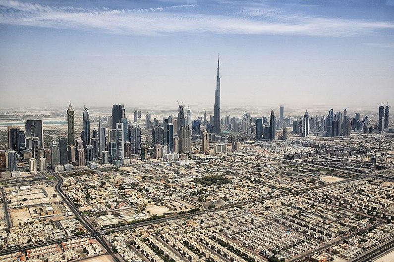 Dubai Skyline mit Burj Khalifa (18241030269).jpg