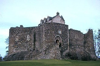 Dunstaffnage Castle - Dunstaffnage Castle seen from the east, with the gatehouse in the centre