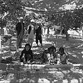 Dziewczęta tkające kilim w zagrodzie Kipczeka Hodży Mohammeda Amina - Arzelik k. Qajsaru - 001272n.jpg