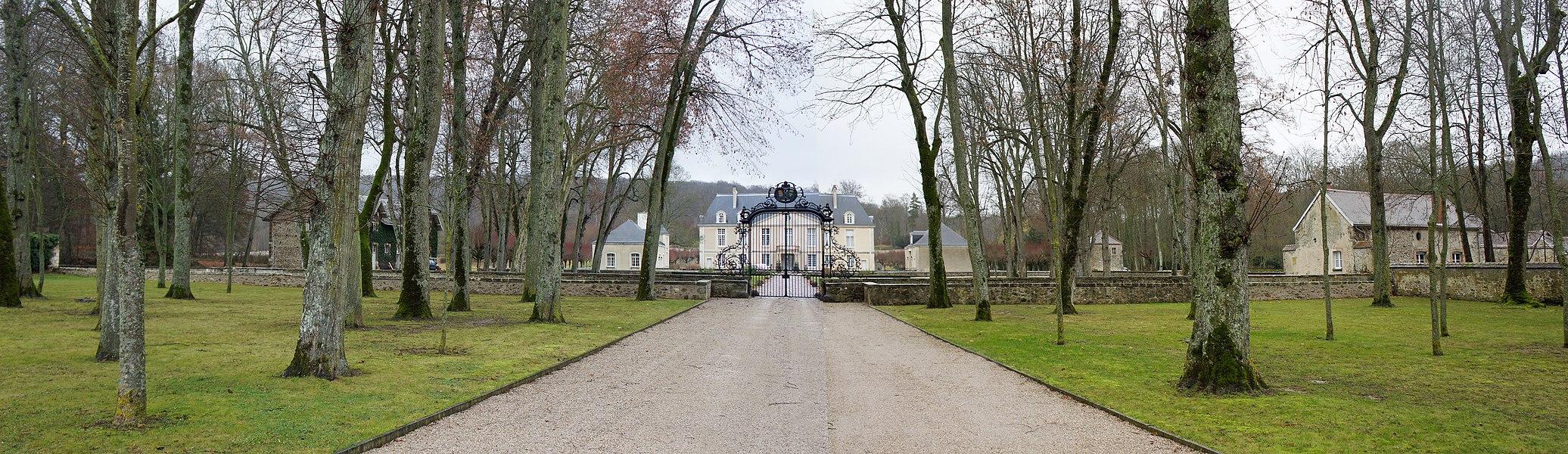 Entrée et allée du château de Louvois.