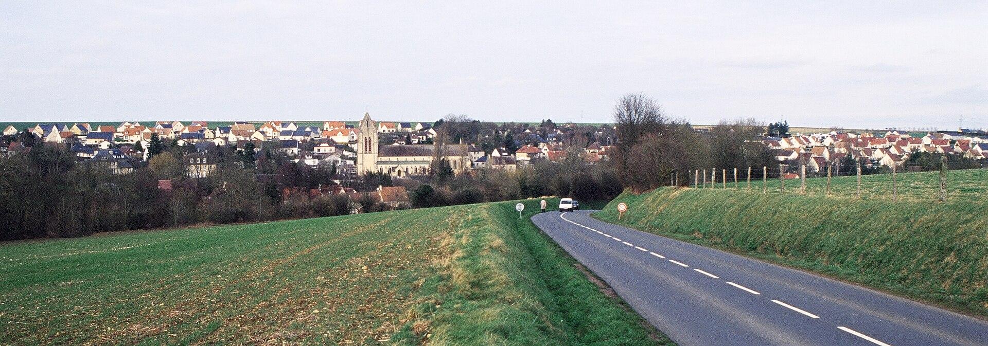 Une vue panoramique du bourg d'Évrecy.
