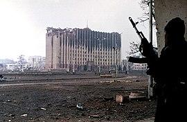 Un guerrillero checheno cerca del Palacio Presidencial en Grozny, enero de 1995. Foto de Mijail Evstafiev.