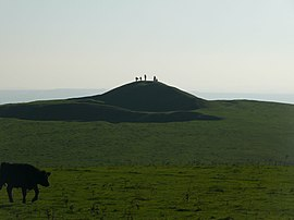 Figures silhouetted on Adams Grave (geograph 2705661).jpg