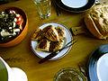 Flickr - cyclonebill - Græsk salat, grillet kylling og brød.jpg
