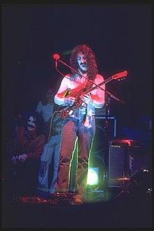 Van Vliet (seduto a sinistra) sul palco con Zappa nel 1975.