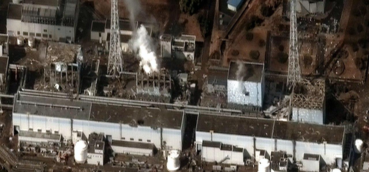 Satellitenfoto der Reaktorblöcke 1 bis 4 (von rechts nach links) am 16. März 2011 nach mehreren Explosionen und Bränden. Bild: wikimedia.org/CC BY-SA 3.0/ Digital Globe