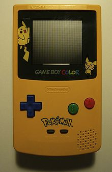 Game Boy Color giallo raffigurante Pikachu e Pichu