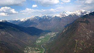 Veduta aerea della Val Mesolcina: in primo piano l'abitato di Lumino, seguito da Molinazzo, Roveredo e San Vittore