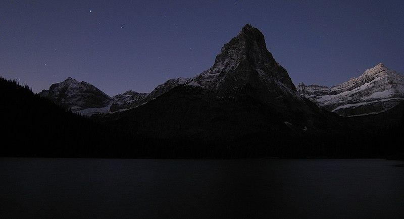 File:Glenn's Lake and Pyramid Peak Before Dawn - panoramio.jpg