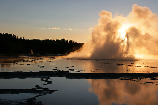 "Der ""Great Fountain Geyser"" im ""Yellowstone Nationalpark"" in Wyoming bei Sonnenuntergang"