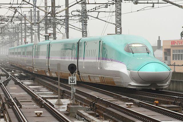 盛岡駅に入線するH5系H2編成。