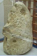 Perfugas, Civico Museo Archeologico e Paleobotanico, testa di guerriero da Bulzi, in calcare bianco lisciata.