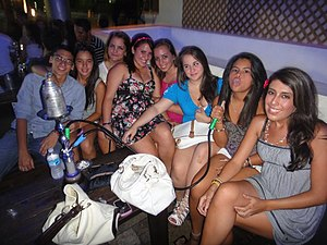 English: Teenagers at a hookah lounge