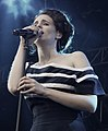Hooverphonic vocalist on stage (2011).jpg