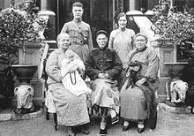 Hotung+wives and family.jpg