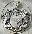 Itzehoe Grabplatte an der Laurentius-Kirche Wappen Qualen.jpg